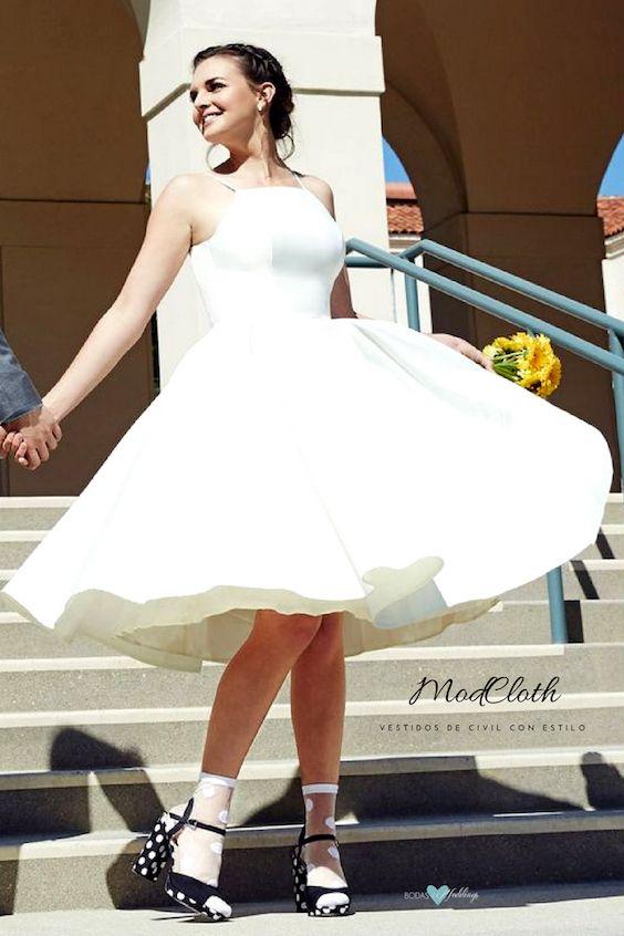 Nada mas hermoso que los clásicos en vestidos de civil para novias gorditas. Creación de Chi Chi London en color marfil.