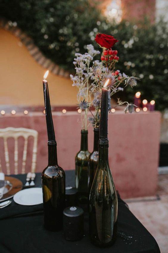 Decoración de mesas para bodas con inspiración andaluza con botellones y velas negras. Foto: Sttilo Photography.