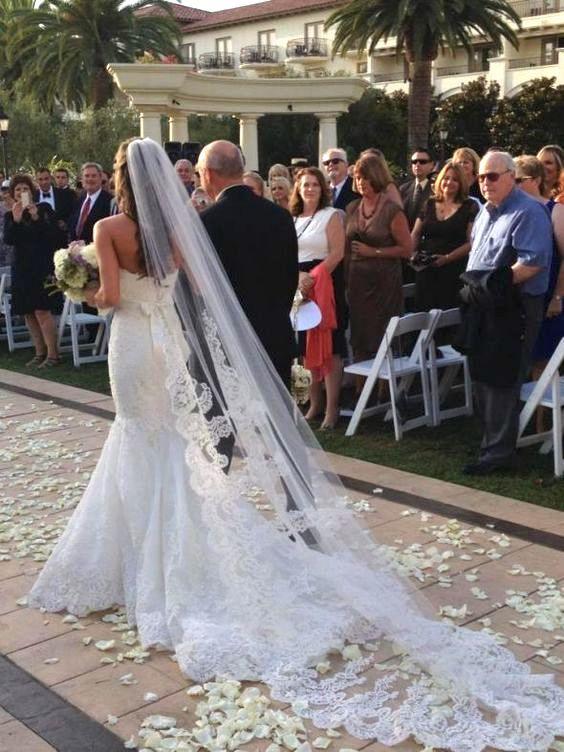 Los asistentes deben estar de pie durante la entrada de la novia.