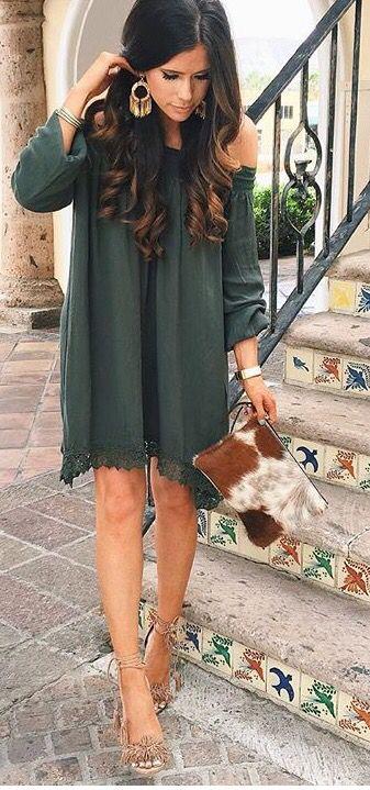 Un look adorable y cómodo para una boda de día. Los zapatos y ese bolso son alucinantes.