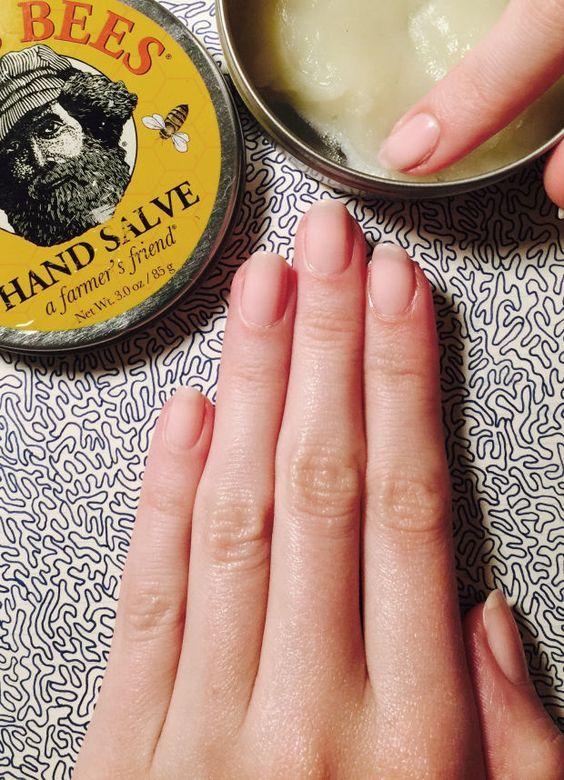 Mascarilla para el cuidado de tus manos de Xojana, modelo de manos.