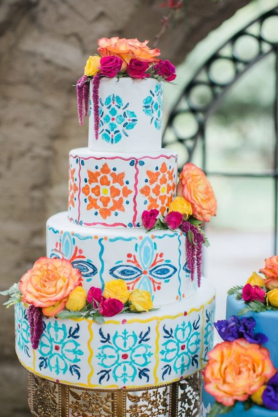 Incorpora la cultura en el pastel de bodas. Foto: Sweet Blooms Photography.