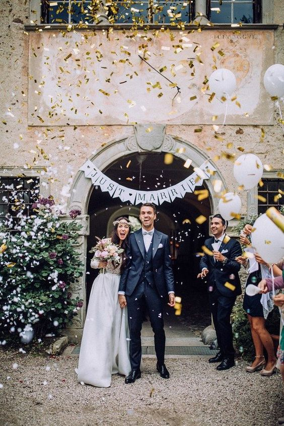 Salida de ceremonia con confetti en dorado. Foto: Chris & Ruth Photography.