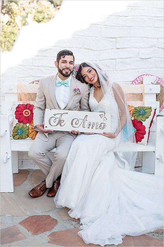 A la salida de la ceremonia esta pareja posó con un dulce cartel de te amo.