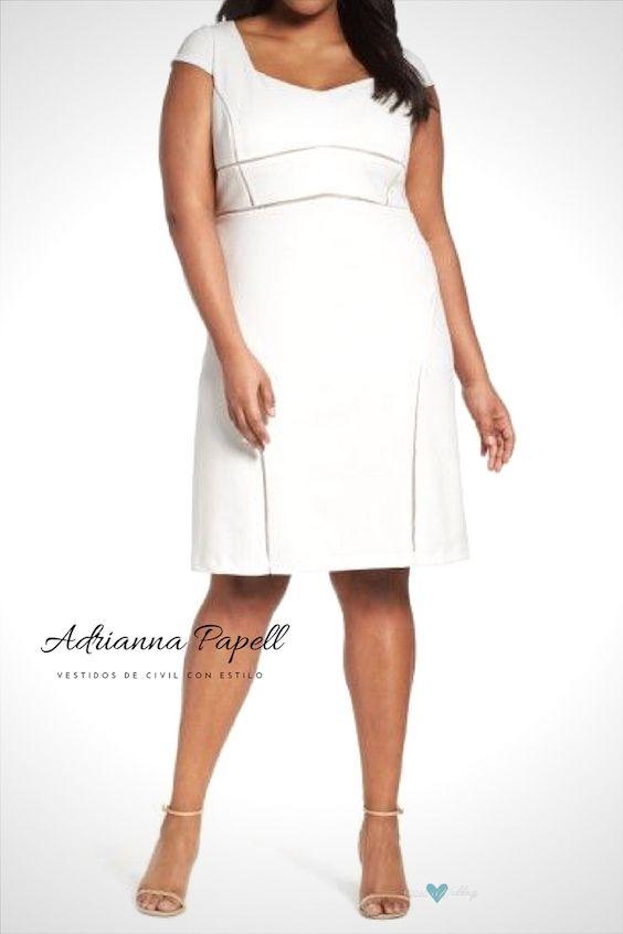 Las rayas de malla fina esculpen la silueta de este ajustado y elegante vestido con un escote angular y que muestra hasta la clavícula de Adrianna Papell.