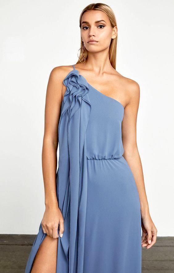 Solo Max Azria puede diseñar un vestido con una caída tan magnífica. Romántico y sexy en georgette de seda con un detalle de fruncidos con los que no pasarás desapercibida.