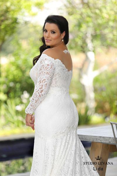 Muestra tu espalda con estos vestidos de civil para novias gorditas de Studio Levana 2018.