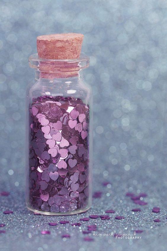 Corazones de purpurina para lanzar a la flamante pareja.¿Te animas a brillar en tu recepción? Kimberlee photography.