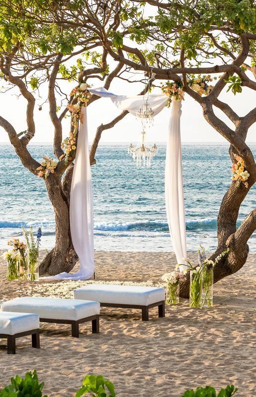 Hawaii puede ser el lugar de tu boda soñada, pero las bodas destino pueden limitar el número de invitados. ¿Que opinas?