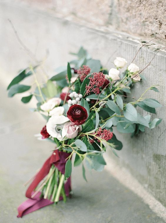 El Pantone tawny port trae recuerdos de un acogedor día de invierno. Un bouquet con toques borgoña, rojo baya, rojo cereza oscuro, rojo remolacha, granate y rojo rubí con verde bosque.