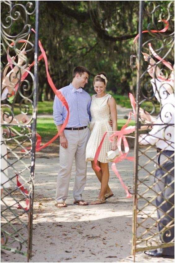 Alternativas al arroz de boda: prepara unas cintas para que los invitados las hagan volar.