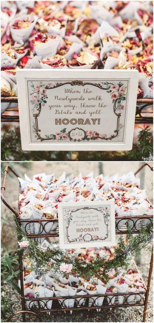 Inspírate en esta boda al fresco en Santa Fe y arroja pétalos de rosa. Presentadas dentro de conos en un carro vintage. Alicia Lucia Photography.