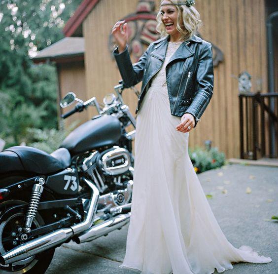 Si eres una biker bride no dejes de llevar tu casaca de cuero y tu Harley.