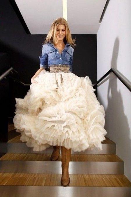 Falda abullonada en capas y una blusa en denim para las damas de honor en una boda rústica