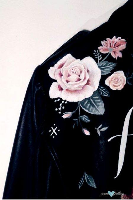 Chaquetas de cuero pintadas a mano para una boda boho. Cortesía: Rosie Harbottle Leather.