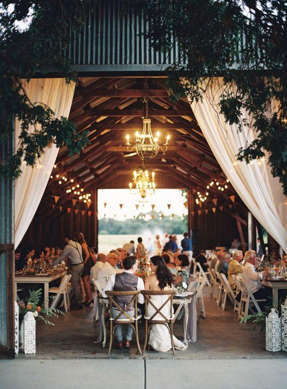 Colorida boda en un granero, ¿a que no se lo imaginaban? Completa con hermosas dalias seguro que inspirará la vuestra.