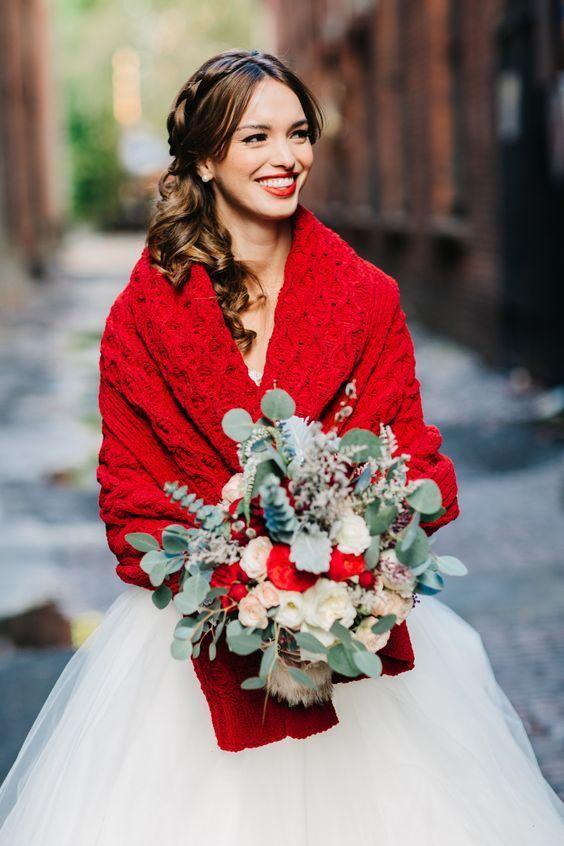 Suma alegría a tu vestido de novia y a tu fotografía de boda con el rojo escarlata.