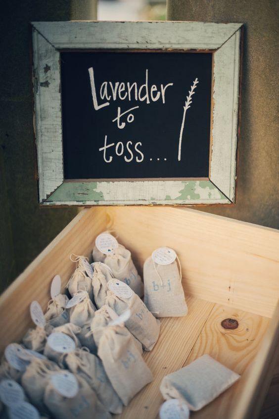 Bolsitas de lavanda personalizadas para arrojar en la boda.