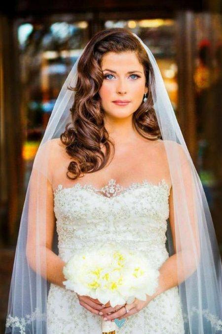 El look perfecto para esa mirada atemporal y romántica de la novia. La cascada de rizos cambiará el punto focal de tu cara de redonda a ovalada.