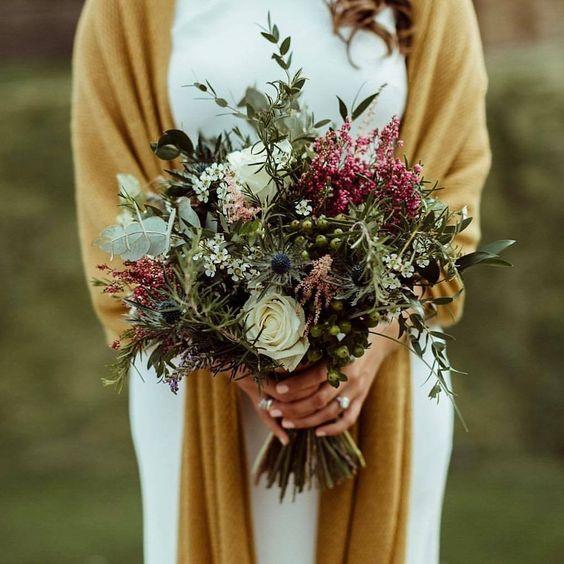 Chal para novia en butterum u ocre tostado. Nota como resaltan los colores del ramo.