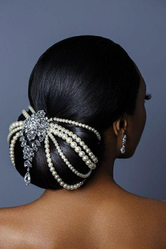 Chignon bajo decorado con joyas.