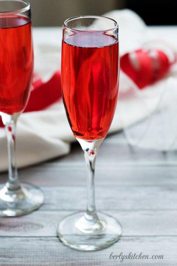 Incorpora el color rojo escarlata o grenadine en las bebidas de tu boda.