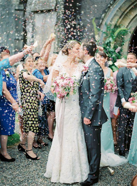 Confetti de colores a la salida de una boda íntima en un castillo al norte de Irlanda.