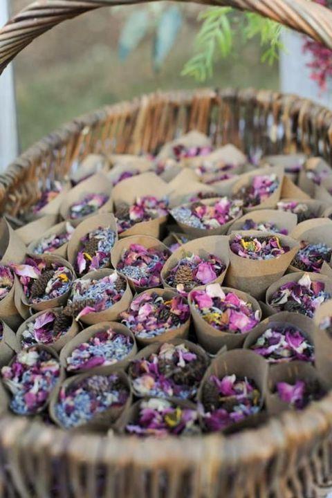 Arrojar arroz a los recién casados es una tradición antigua y alegre, pero ¿y si no quieres arroz? Te traemos creativas alternativas al arroz de boda. Bolsitas de pot pourri.