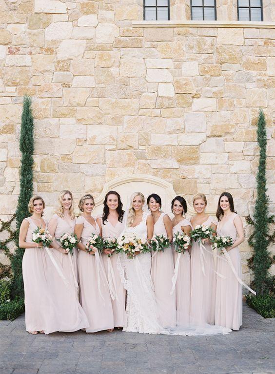 Los mejores looks de damas de honor para una boda millennial: el rosa millennial. Fotografía: Patrick Moyer.
