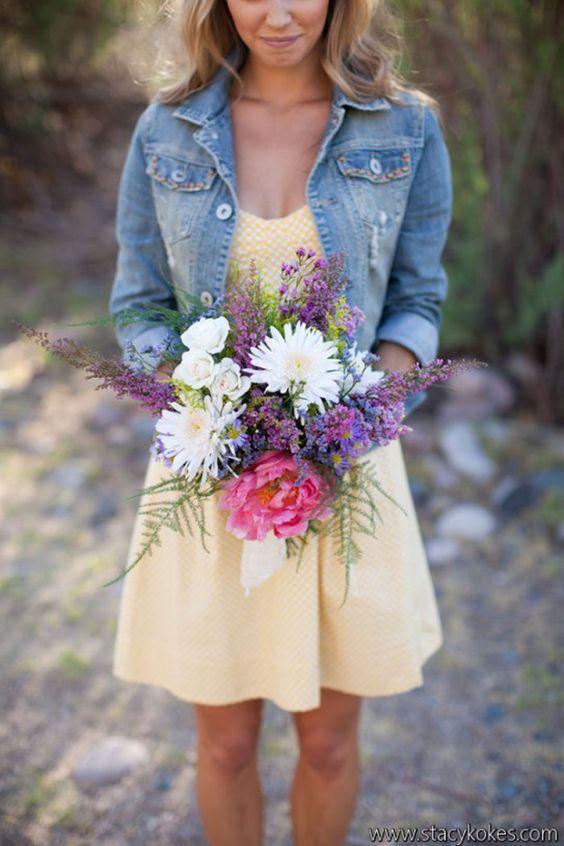 Uno de los mejores looks de damas de honor para una boda millennial que hemos visto. Un romper, chaqueta de denim y un ramo de flores silvestres alucinante. Fotografía: stacykokes photo.