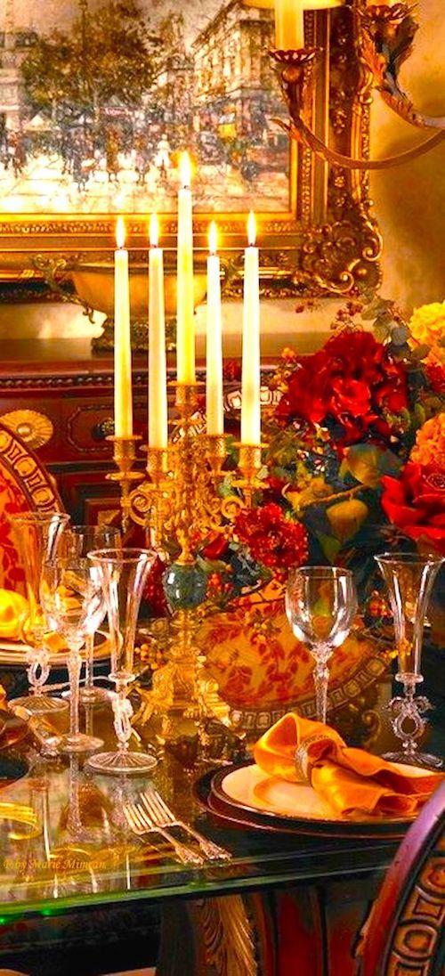 Lujosa decoración de mesa de bodas con arce otoñal, rojo, naranja y dorado.