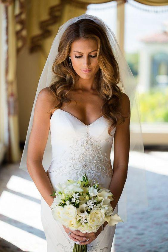 Un estilo de peinado con pelo suelto es ideal para novias con cara triangular.