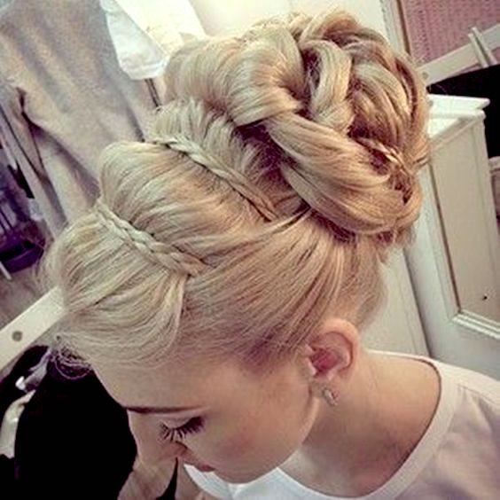 Este estilo de peinados de novia es ideal para los rostros ovalados. Trenza francesa recogida.