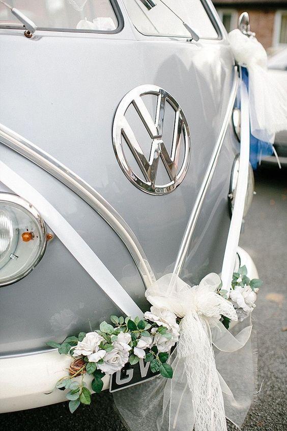 El gris neutro de Pantone 2017 en la furgonetta VW para la salida de la fiesta de casamiento.