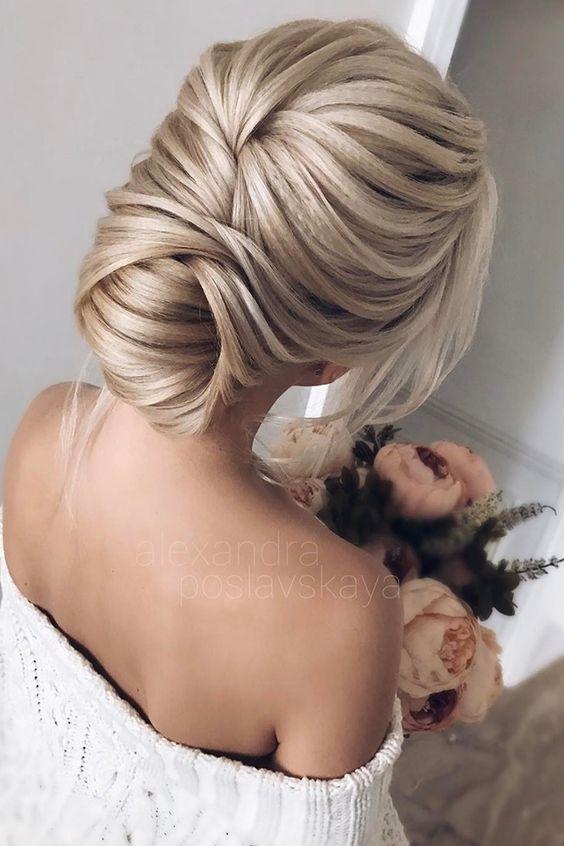 Hemos compilado una guía con los mejores estilos de peinados de novia según tu rostro. Escoge tu favorita y luce a la moda en tu boda.