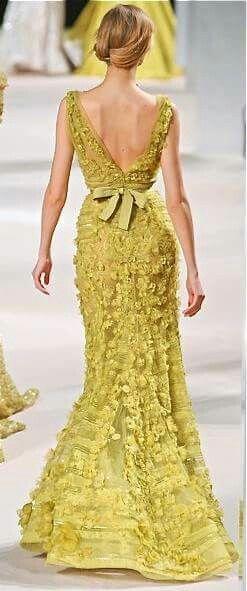 Para las invitadas fashionistas, directo de NYC Fall Fashion 2017, tendencia en colores de Pantone: Golden Lime.