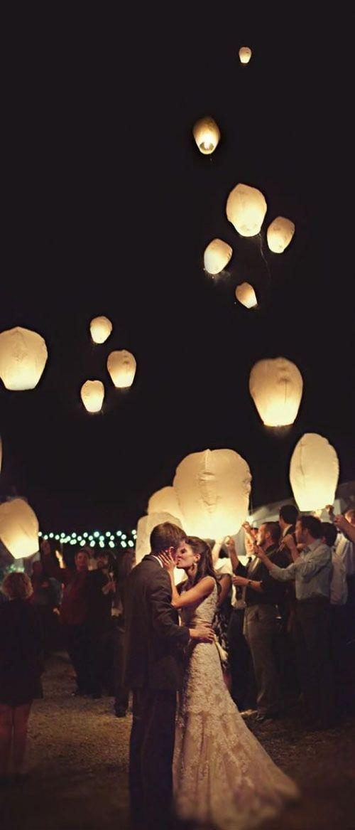 Si te casas en el campo, haz que tus invitados enciendan las linternas al final de la fiesta. Será todo un espectáculo mirar las linternas en el cielo mientras se alejan.