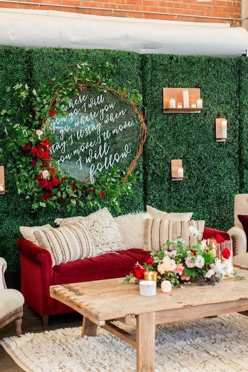 Living para bodas rústico y moderno en color granate, verde bosque y marfil. BRICK, San Diego, California. Fotografía: Cavin Elizabeth Photography.