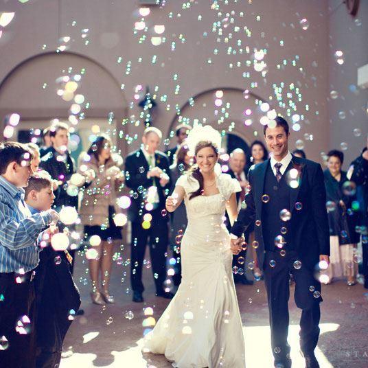 Una lluvia de burbujas divertida que fotografía muy bien.