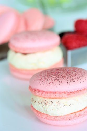 Una de mis pasiones es incorporar el color en la comida de bodas. Macarons de frambuesa con crema de chocolate blanco.