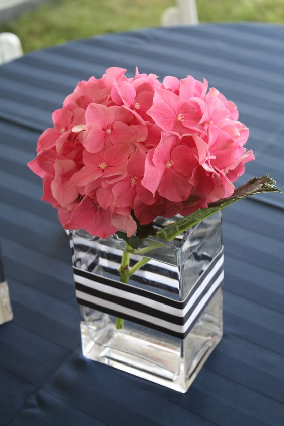 A centerpiece that's very easy to do. Remember to bend the hydrangea's stem so it doesn't sink into the vase.