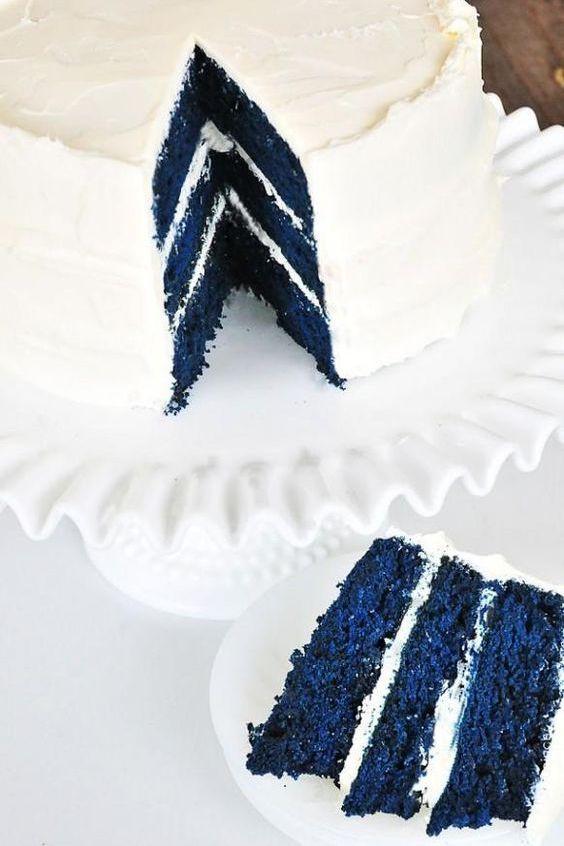 Original and surprising navy blue wedding cake.