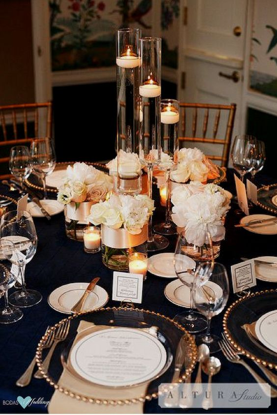 Combine navy blue with blush and gold for a dreamy wedding decor. Photography: Altura Studio.