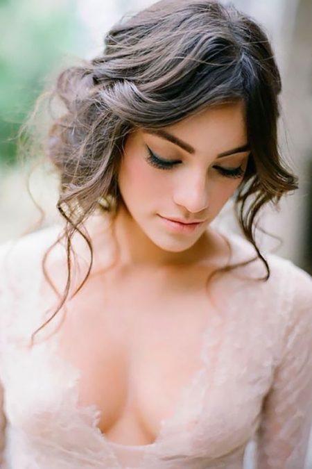 Un peinado romántico para novias con rostro triangular.