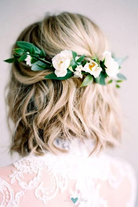 Peinado de novias de pelo corto con media corona de flores. Foto: Mallory Dawn.