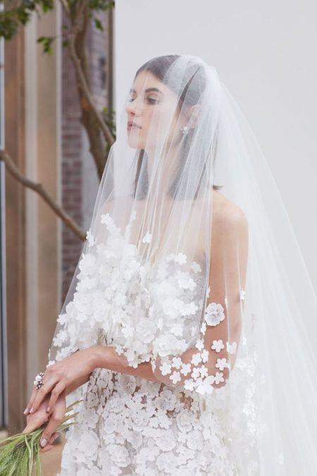 Peinado lacio en esta novia de Oscar de la Renta 2018.