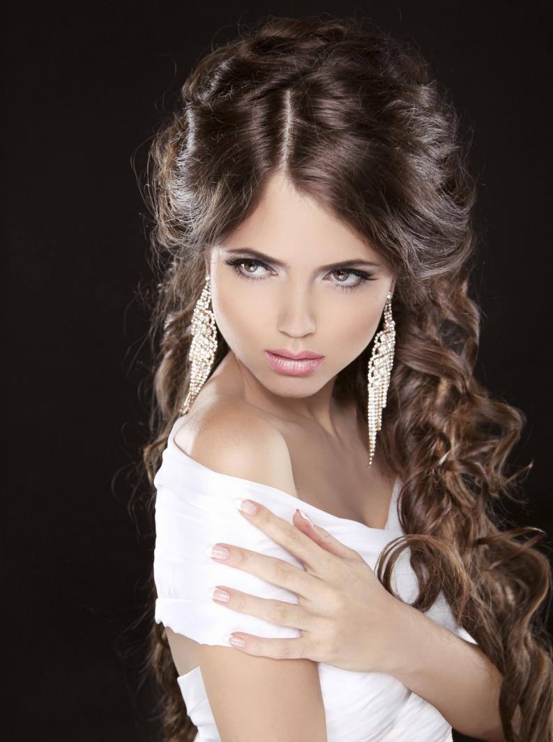 Un peinado semirecogido puede ir con una cara triangular si lo apareas con un par de pendientes largos.