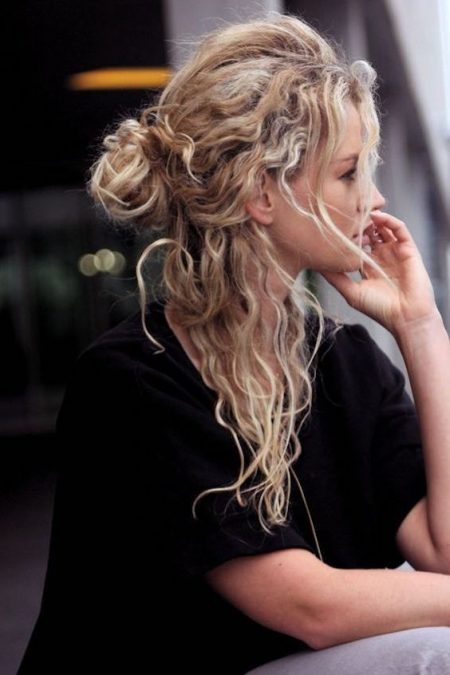 Los peinados naturales pisan fuerte para el año entrante. Semirecogido despeinado para pelo con rizos.