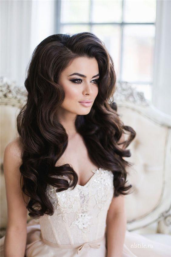 Lleva el pelo suelto y con ondas voluminosas para suavizar los ángulos de un rostro rectangular.