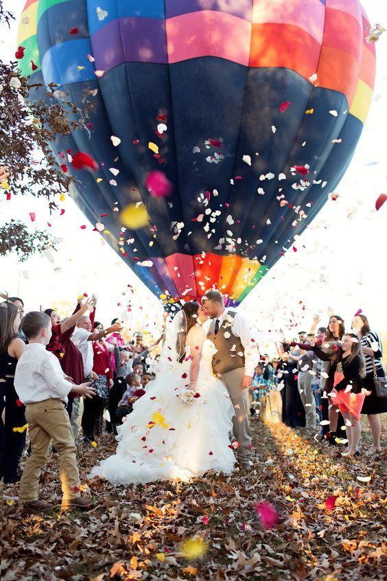 Una salida magistral con pétalos de rosa y un globo.